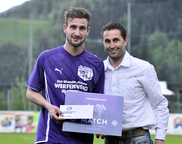 "Foto: Scherer Alex von der Fa. Natural Power (Matchsponsor) übergibt an Kronreif Christofer den Gewinn für den ""Man of the Match"""